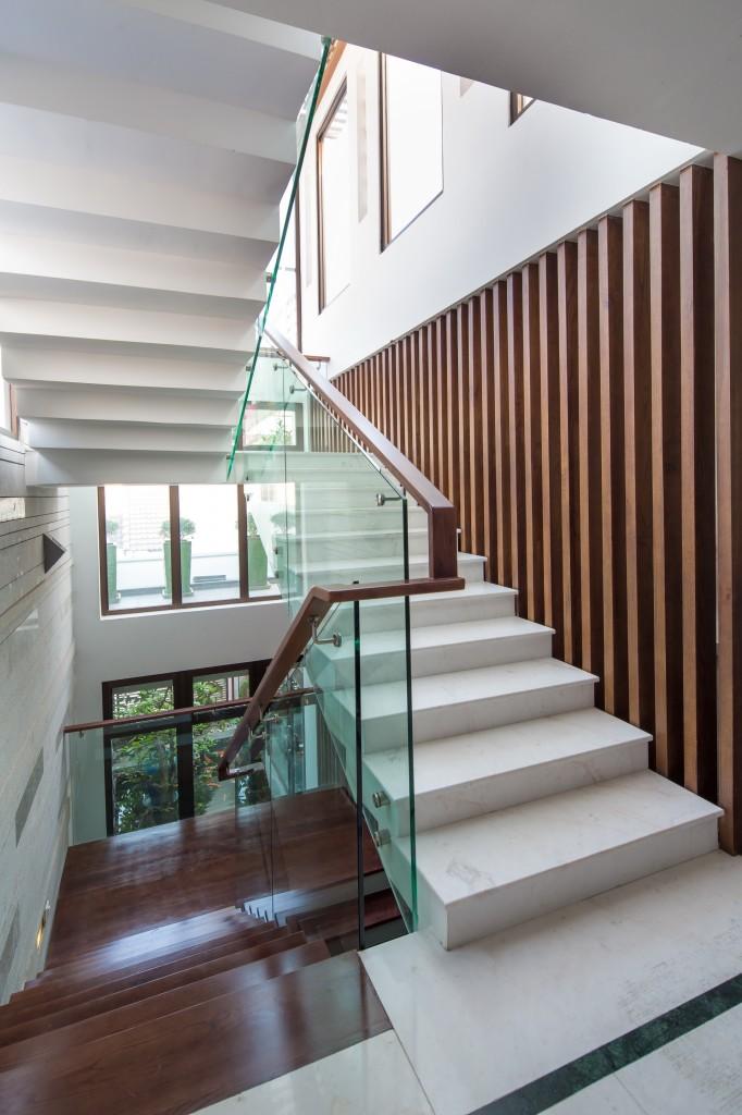 Cầu thang mẫu nội thất đẹp cho nhà phố 7m